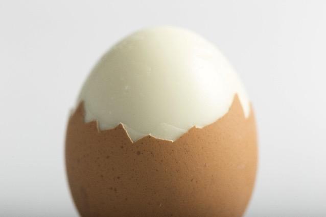ゆで卵の殻を簡単にツルっと剥く方法。もう剥けないとは言わせない!